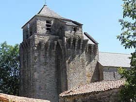 Clocher-donjon attenant à la chapelle