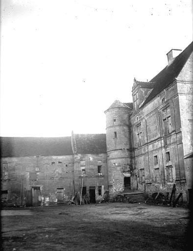Vue des bâtiments à l'intérieur de la cour