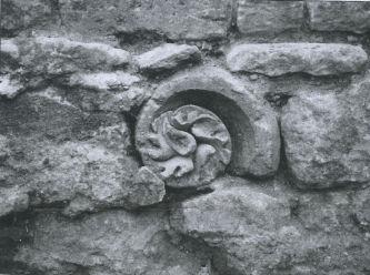 Elément de décoration réutilisé dans un mur