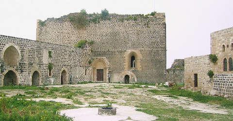 Cour et chapelle du château de Margat